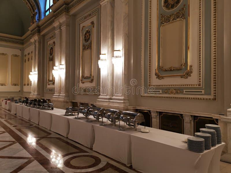 Buffet in een luxueuze gang stock fotografie