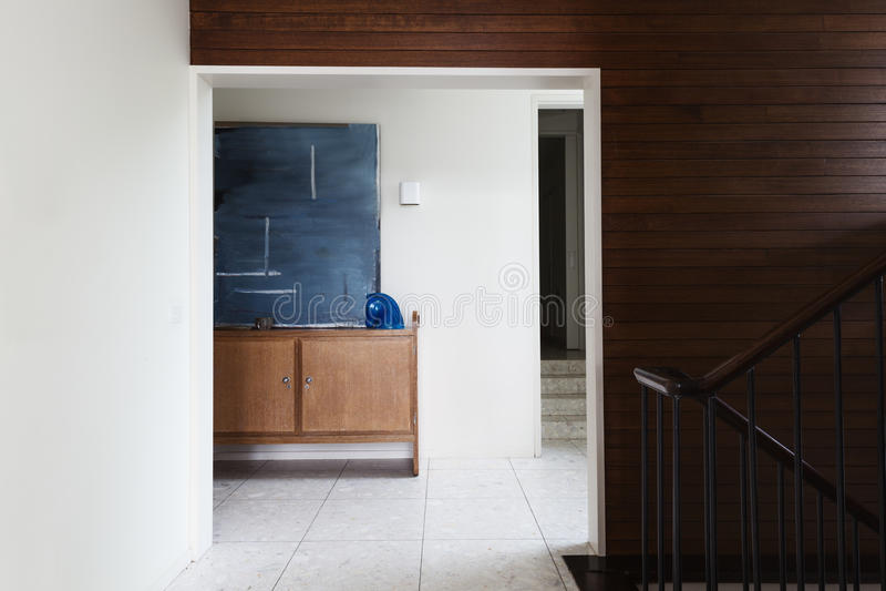 Buffet et illustration de foyer d'entrée vus du salon en mi ce photographie stock
