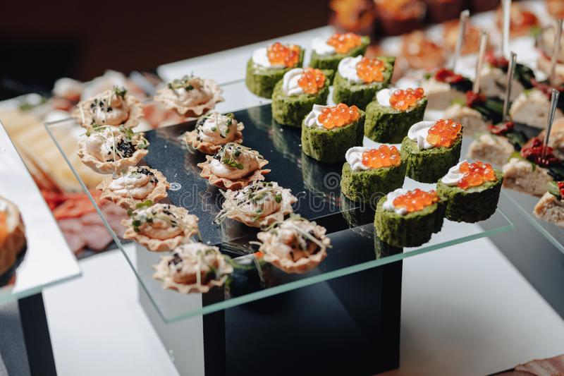 Buffet festivo delicioso con los canapés y diversas comidas deliciosas imágenes de archivo libres de regalías