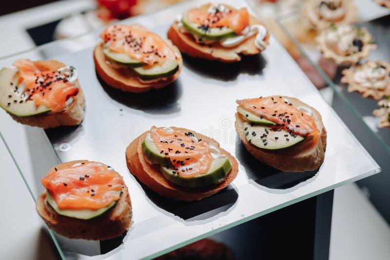 Buffet festivo delicioso con los canap?s y diversas comidas deliciosas imagen de archivo