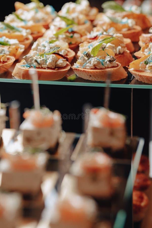 Buffet festivo delicioso con los canap?s y diversas comidas deliciosas foto de archivo libre de regalías