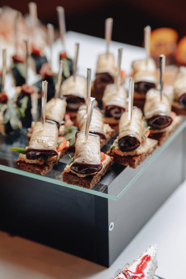 Buffet festivo delicioso con los canap?s y diversas comidas deliciosas imágenes de archivo libres de regalías