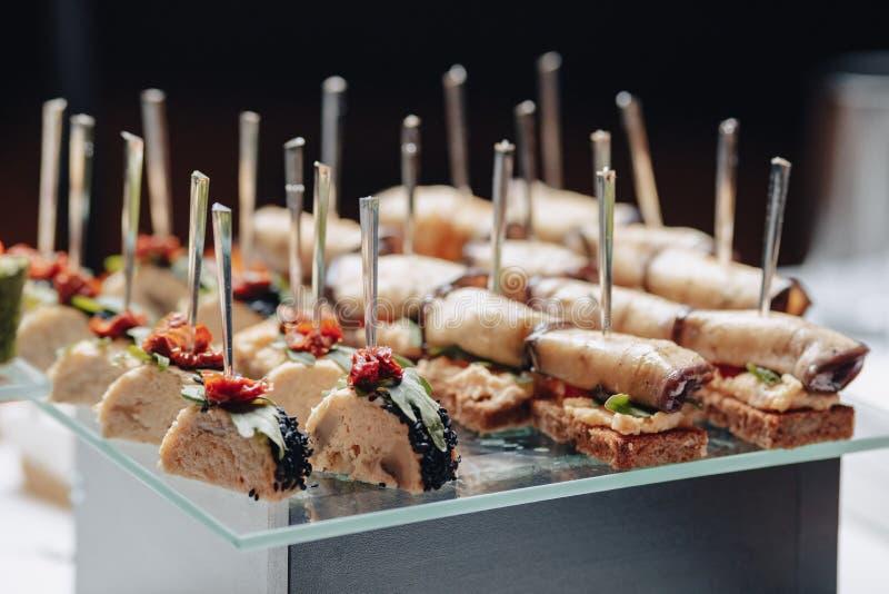 Buffet festivo delicioso con los canap?s y diversas comidas deliciosas fotos de archivo