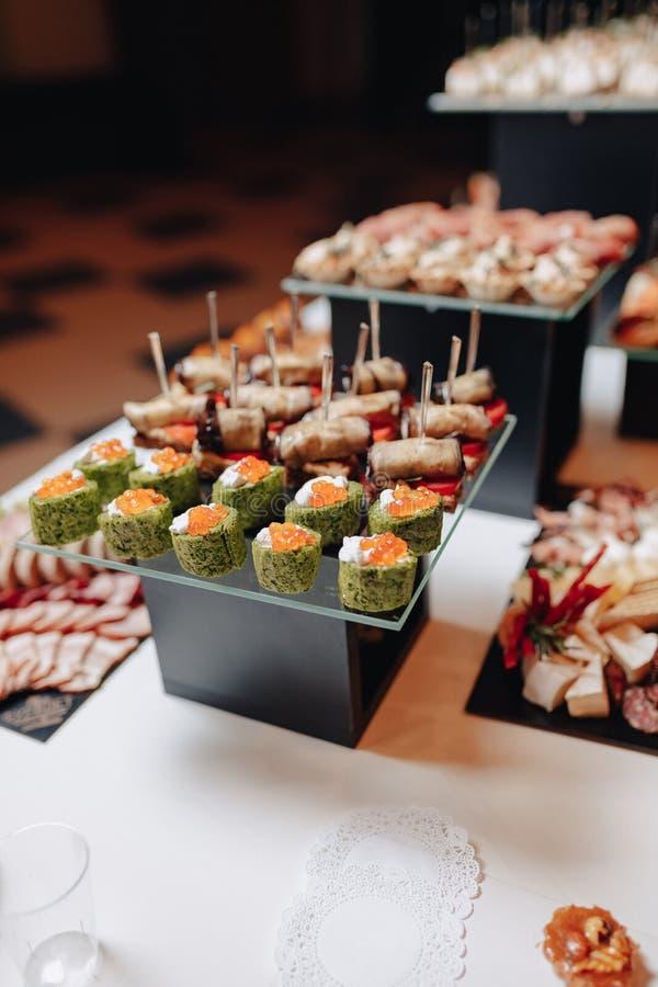 Buffet festivo delicioso con los canap?s y diversas comidas deliciosas imagen de archivo libre de regalías