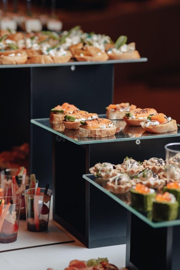 Buffet festivo delicioso con los canap?s y diversas comidas deliciosas fotografía de archivo libre de regalías