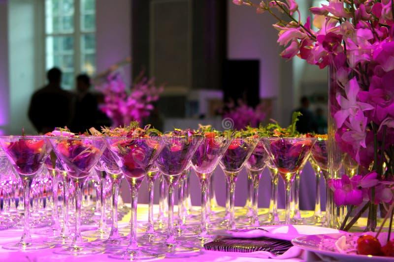Buffet festivo, spuntino in insalatiere di vetro sulla tavola, illuminata da neon fotografie stock