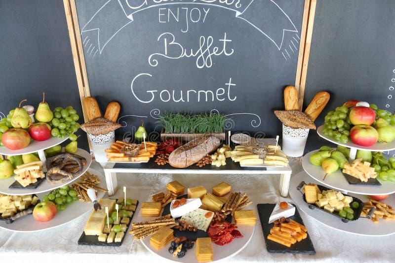 Buffet gastronomico con i frutti fotografia stock