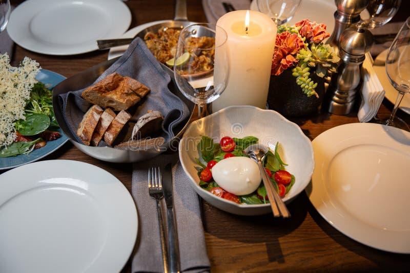 Buffet met Caprese-Salade Lijst die in een restaurant plaatsen stock foto's