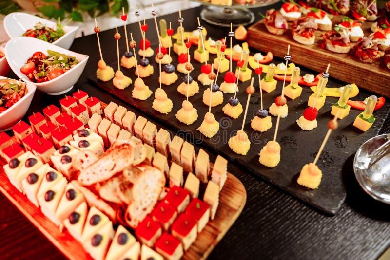 Buffet met snoepjes Zoete lijst voor banketten, huwelijken, partijen royalty-vrije stock fotografie