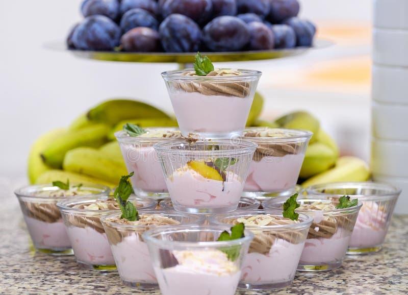 Buffet met vruchten en desserts 4 stock afbeelding