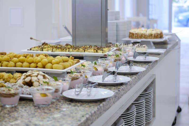 Buffet met vruchten en desserts 10 stock foto