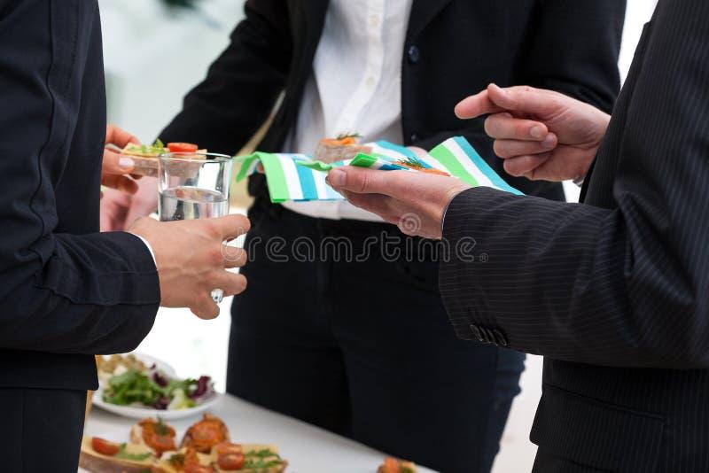 Buffet mit Snäcken in einer Büromitte stockfotografie