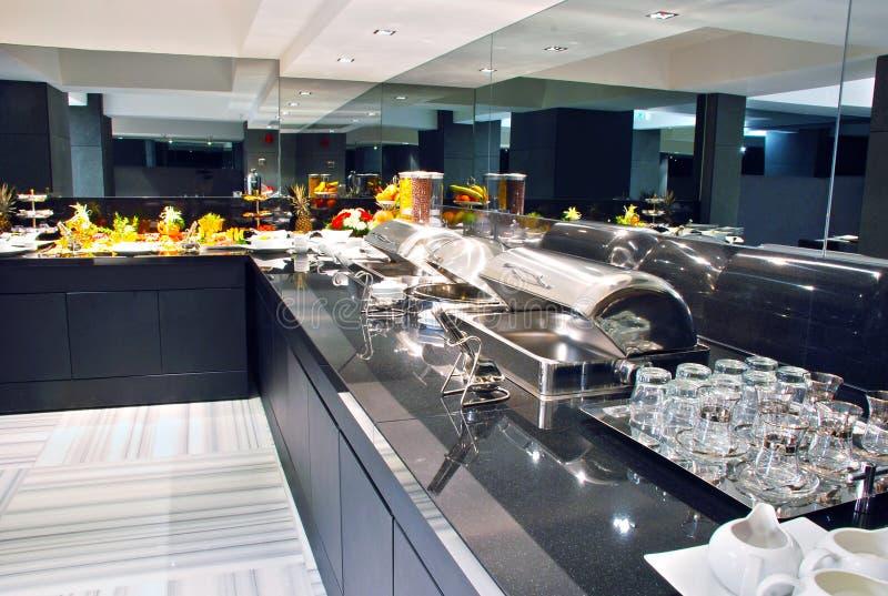 Buffet moderne d'hôtel photographie stock libre de droits