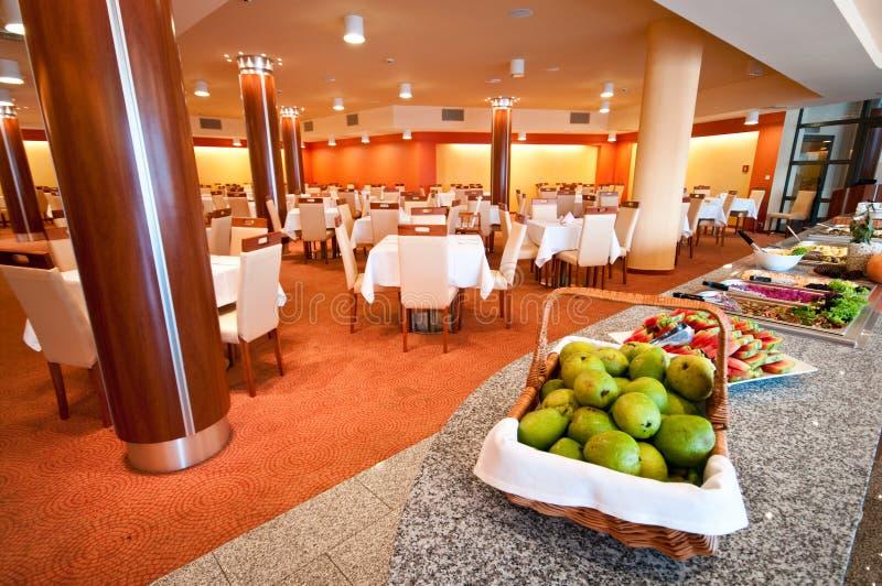 Buffet nella sala da pranzo dell'hotel immagini stock