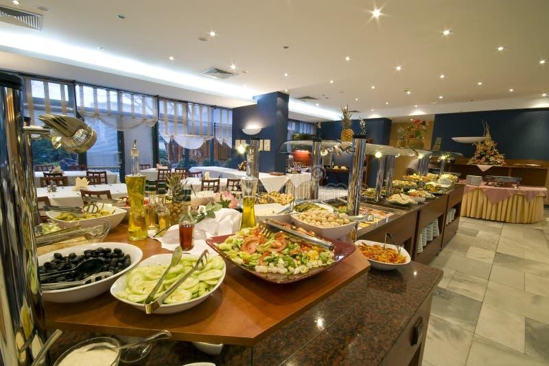 Buffet nella sala da pranzo dell'hotel fotografia stock libera da diritti