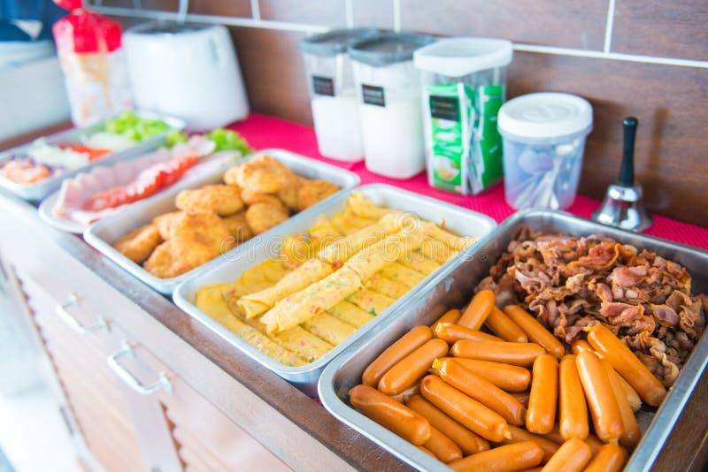 Buffet per pranzo sulla barca immagine stock