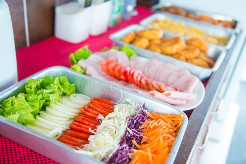 Buffet per pranzo sulla barca fotografie stock
