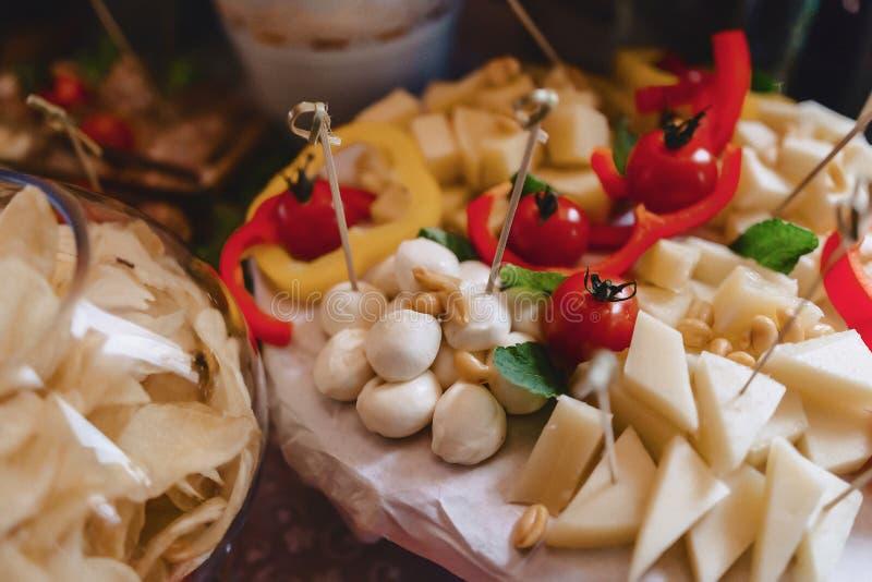 Buffet salato festivo, pesce, carne, patatine fritte, palle del formaggio ed altre specialit? per la celebrazione le nozze e degl fotografia stock libera da diritti