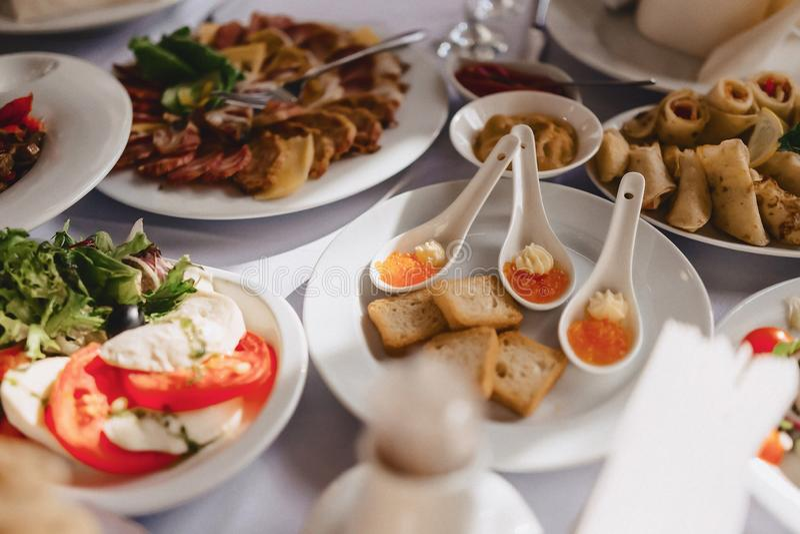 Buffet salato festivo, pesce, carne, patatine fritte, palle del formaggio ed altre specialit? per la celebrazione le nozze e degl immagini stock