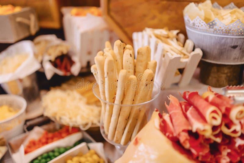 Buffet salato festivo, pesce, carne, patatine fritte, palle del formaggio ed altre specialit? per la celebrazione le nozze e degl fotografia stock