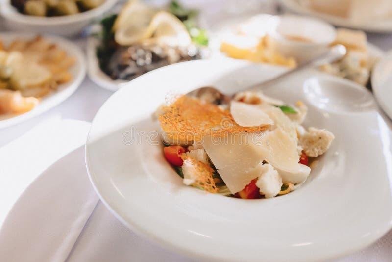 Buffet salato festivo, pesce, carne, patatine fritte, palle del formaggio ed altre specialit? per la celebrazione le nozze e degl immagine stock libera da diritti