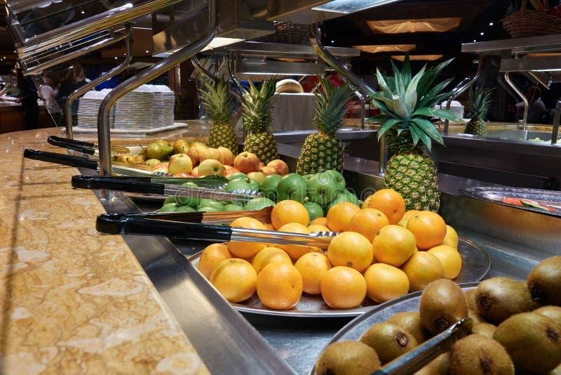Buffet sulla nave da crociera Frutta: kiwi, arance, mele ed ananas fotografia stock