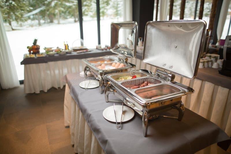 Buffet verwarmde dienbladen klaar voor de dienst Ontbijt/lunch bij het hotel royalty-vrije stock foto's