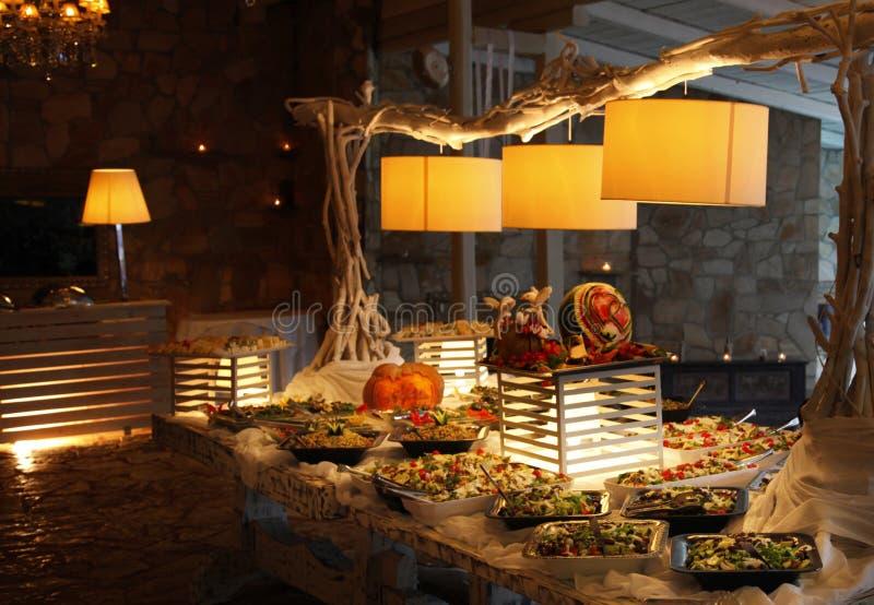 Buffethoogtepunt van voedsel en salades stock fotografie