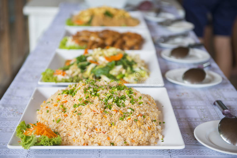 Buffetlijn voor lunch in restaurant royalty-vrije stock foto