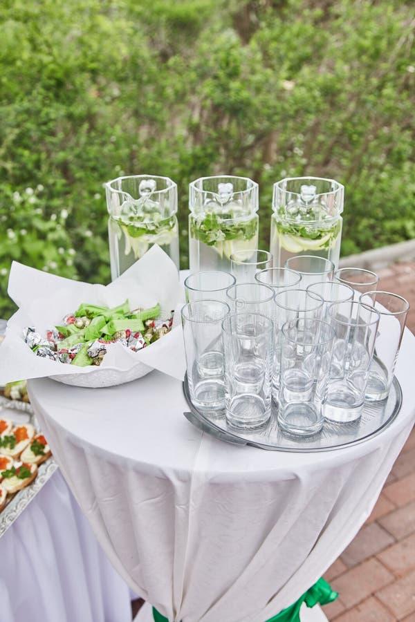 Buffetlijst met mojito en glazen bij de viering royalty-vrije stock fotografie