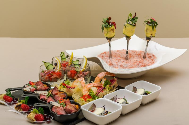 Buffetlijst met voorgerechten in een restaurant stock foto's