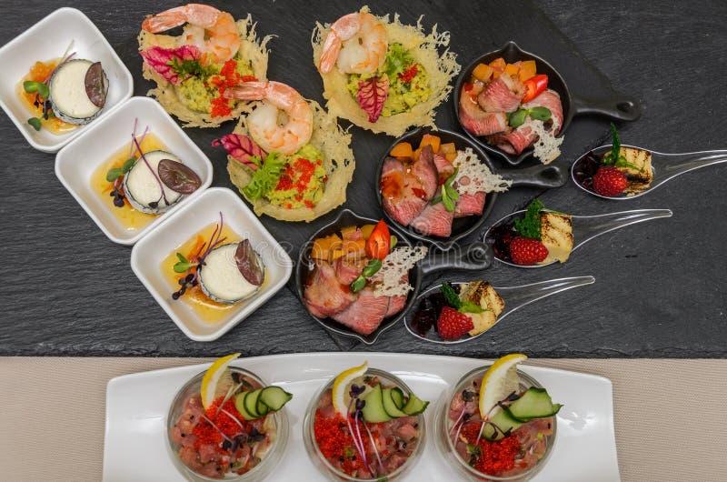Buffetlijst met voorgerechten in een restaurant met krudite, guacamel, ceviche, bluefin, kaviaar, garnalen en geitkaas royalty-vrije stock foto