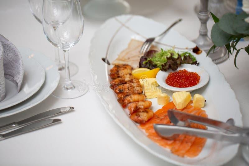 Buffetlijst van ontvangst met koude snacks, garnalen, vissen, kaviaar royalty-vrije stock foto's