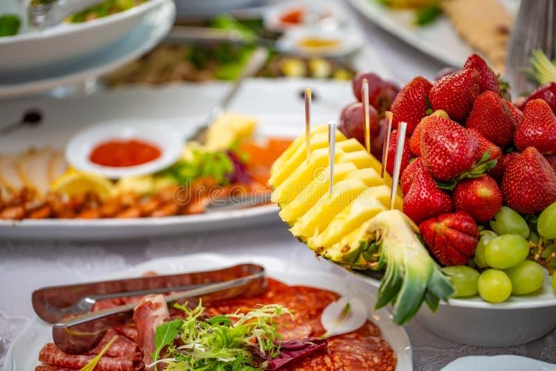 Buffetlijst van ontvangst met koude snacks, salades en vruchten royalty-vrije stock afbeelding