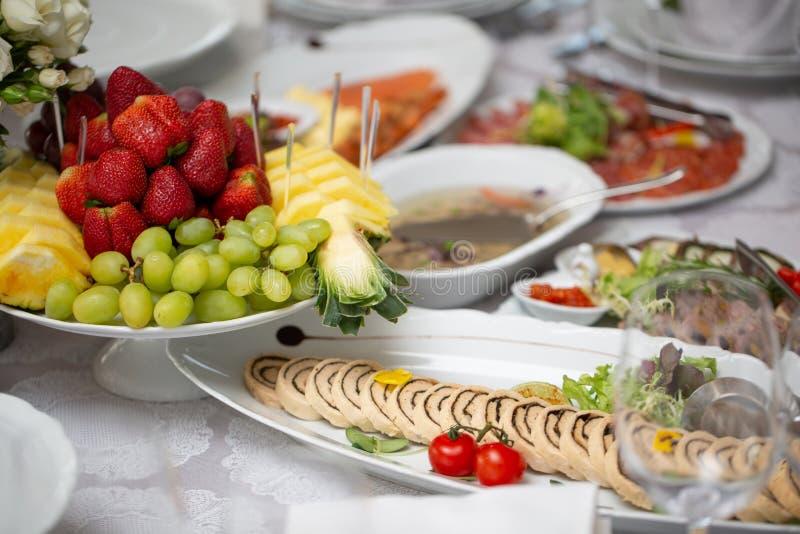 Buffetlijst van ontvangst met koude snacks, vlees, salades stock afbeelding