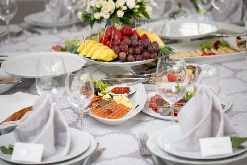 Buffetlijst van ontvangst met koude snacks, vlees, salades en vruchten stock foto