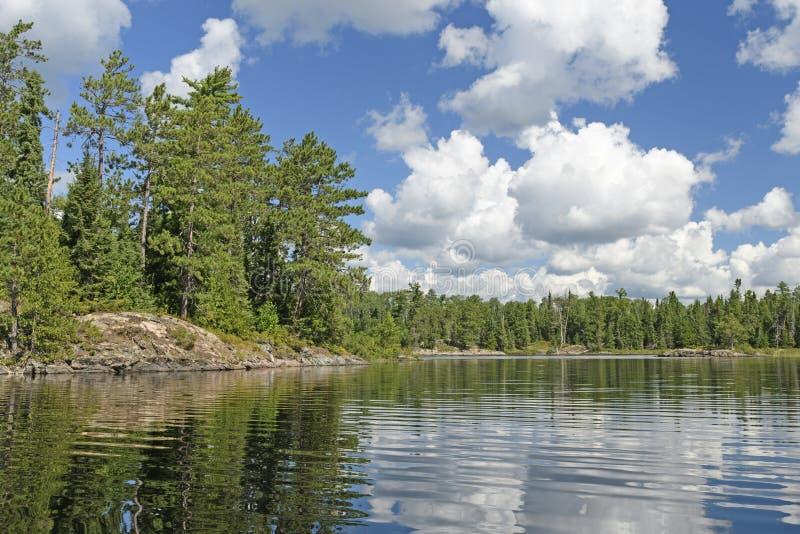 Bufiasty lata popołudnie Chmurnieje nad Północnymi drewnami obraz stock