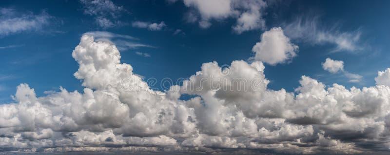 Bufiasty podeszczowy peleng chmurnieje panoramę obrazy stock
