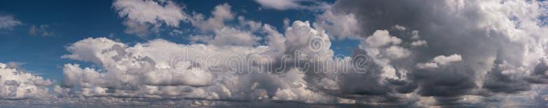 Bufiasty podeszczowy peleng chmurnieje panoramę obrazy royalty free