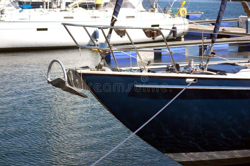 Bug einer blauen Yacht stockbild