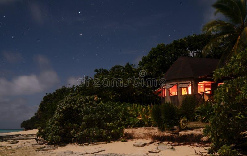 Bugalow par nuit image libre de droits