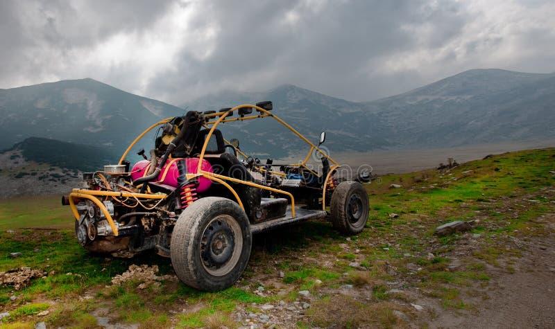 buggy 4wd para o tiro off-road extremo na montanha foto de stock