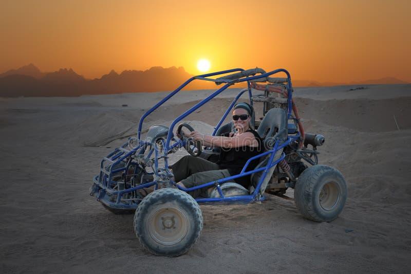 Buggy de duna na cena do deserto foto de stock