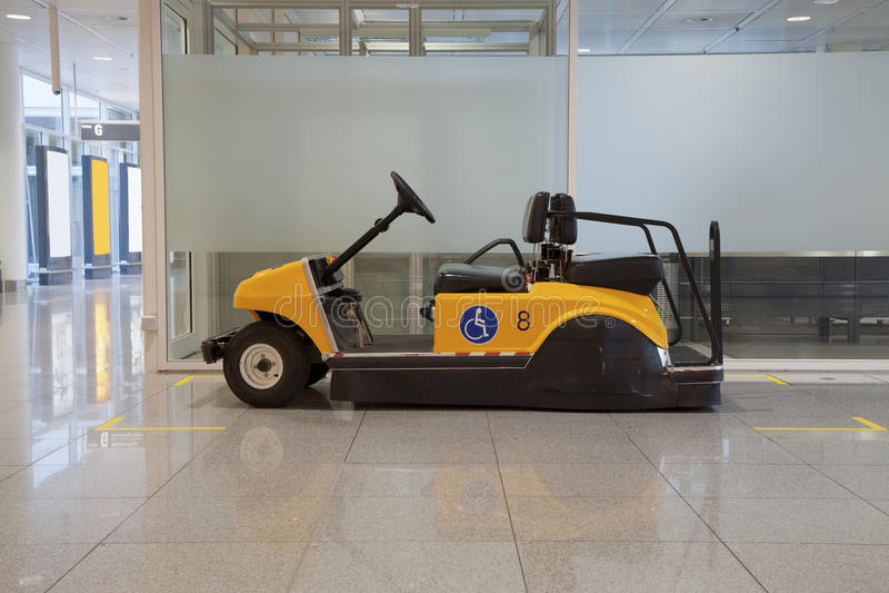 Buggy i flygplats royaltyfri foto