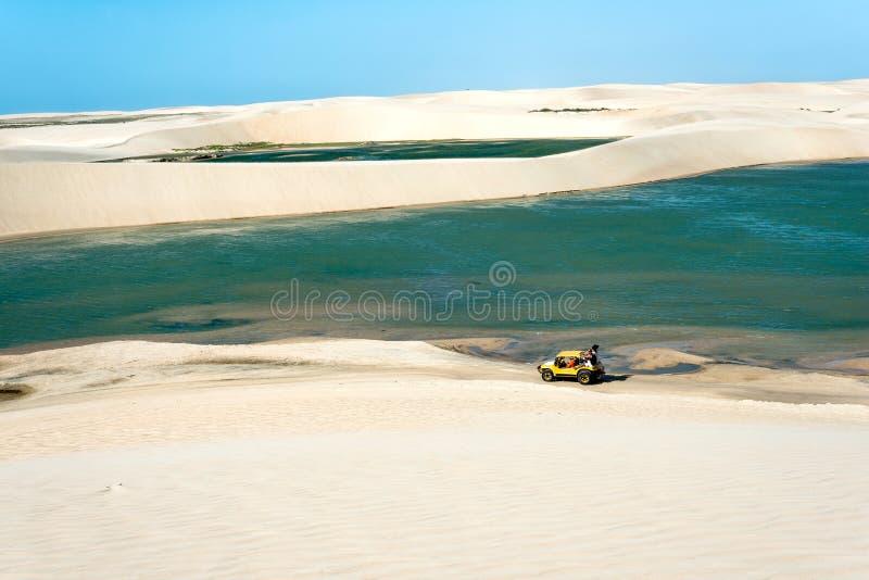 Buggy mit den Touristen, die durch die Wüste Jericoacoara reisen stockfotos