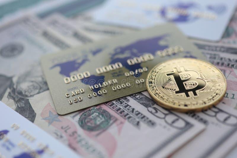 Bugia del primo piano del bitcoin della moneta di oro sulla tavola fotografie stock
