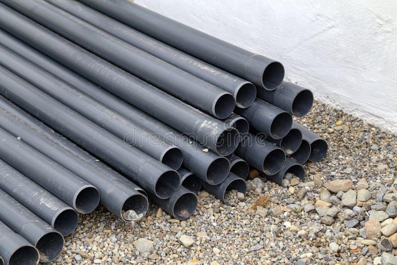 Bugia di plastica dei tubi sul cantiere immagine stock libera da diritti