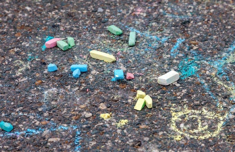 Bugia variopinta del gesso sull'asfalto immagini stock libere da diritti