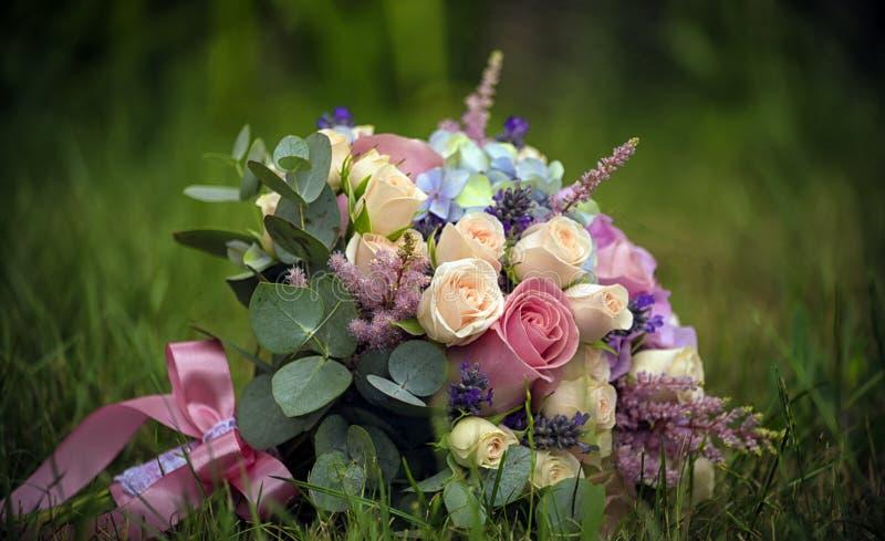 Bugie nell'erba un mazzo per il bride& x27; nastro intrecciato s fotografia stock