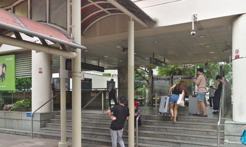 Bugis MRT驻地入口,几通勤者也看了 免版税图库摄影